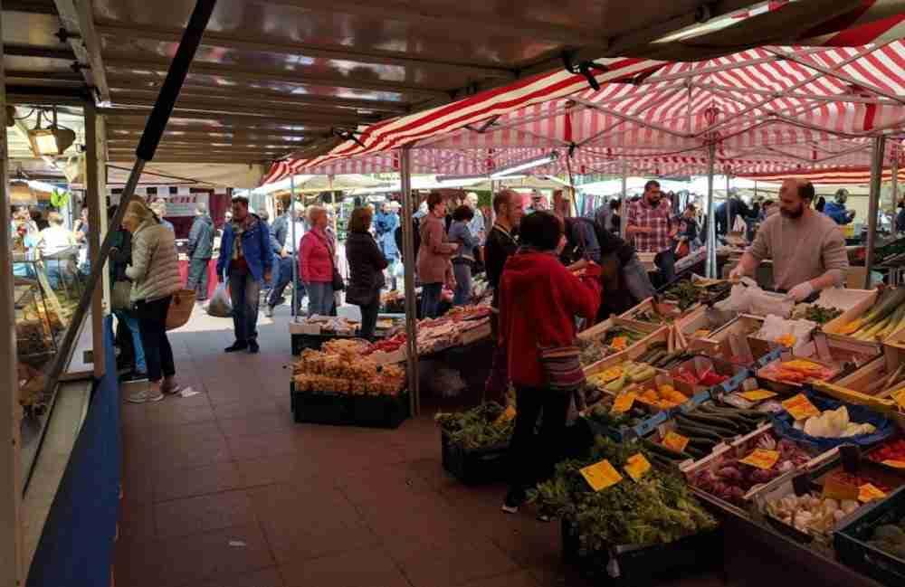 Der Wochenmarkt am Winterfeldtplatz in Berlin in Deutschland