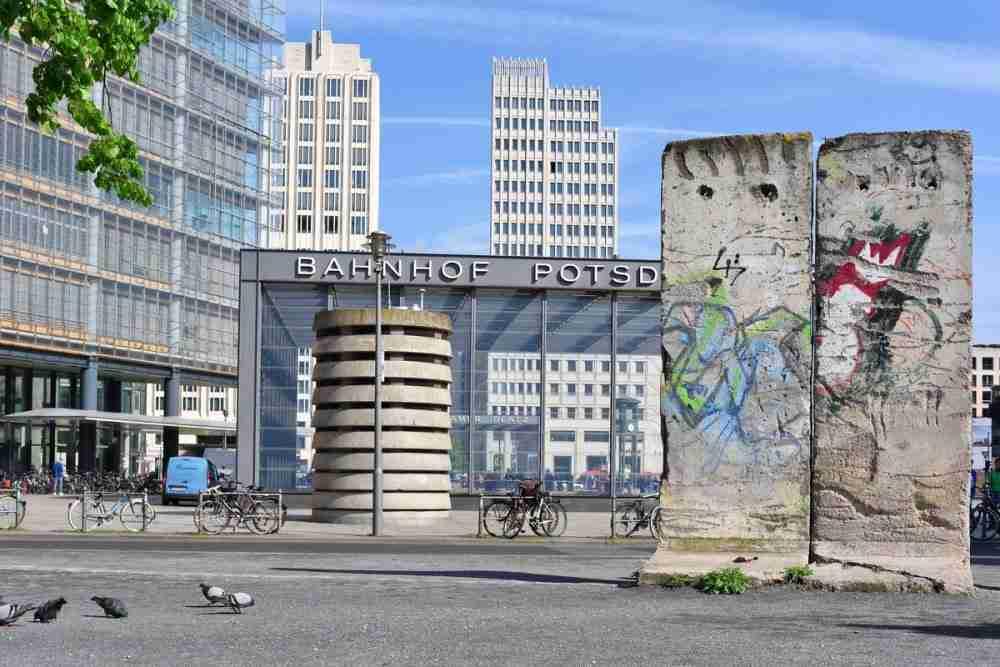 Potsdamer PlatzLeipziger PlatzErna Berger Straße Mauerreste und DDR Wachturm in Berlin in Deutschland