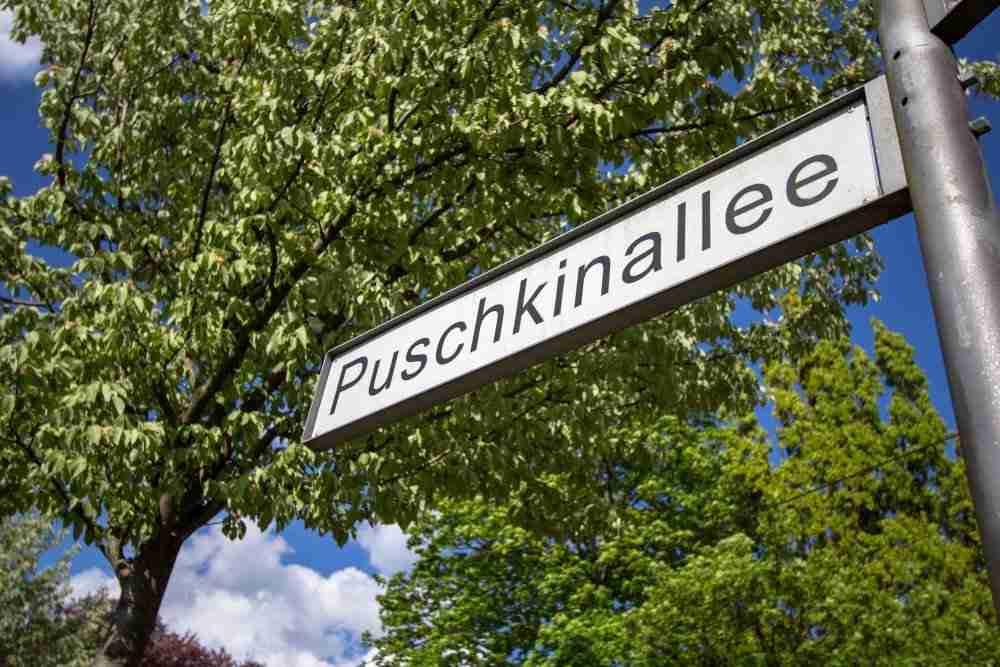 Puschkinallee Wachturm Schlesischer Busch und Mauerreste in Berlin in Deutschland